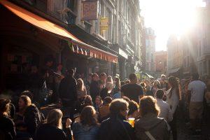 Scène de rue à la braderie de Lille. Septembre 2017.
