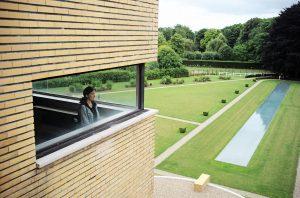 Visiteuse pour la réouverture de la Villa Cavrois à Croix par Mallet Stevens avec vue sur le miroir d'eau. Juillet 2015.